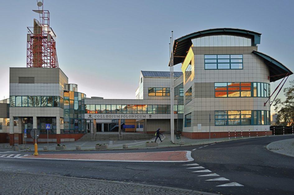 Budynek Collegium Polonicum z perspektywy kilku metrów