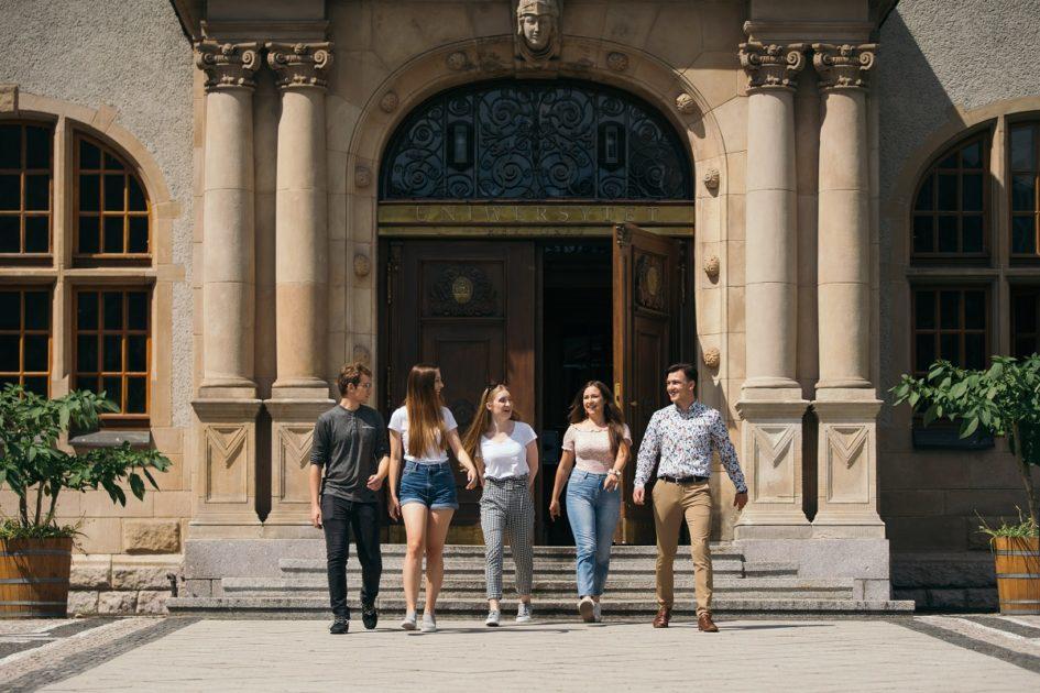 Grupa studentów pod rektoratem