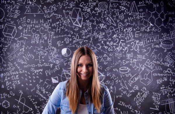 Fizyka na UAM - studentka przy tablicy z równaniami